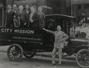 Billy-Sunday-with-car-advertisement